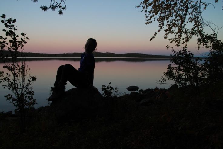 Auringonlaskun silhuettipotretti Sinettäjärvellä