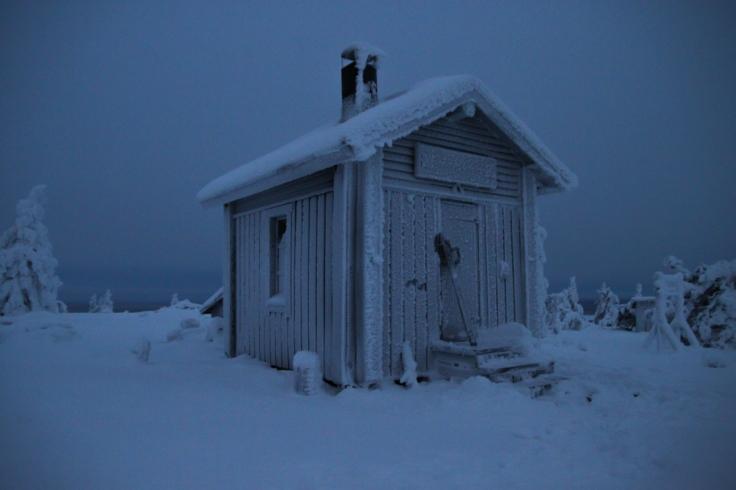 Luminen tupa Käyrästunturin huipulla